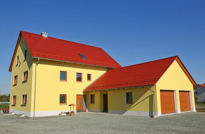 knallgelbes Haus mit rotem Dach