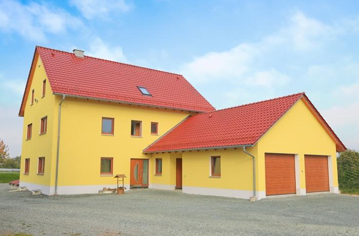 knallgelbes Haus mit roten Dach