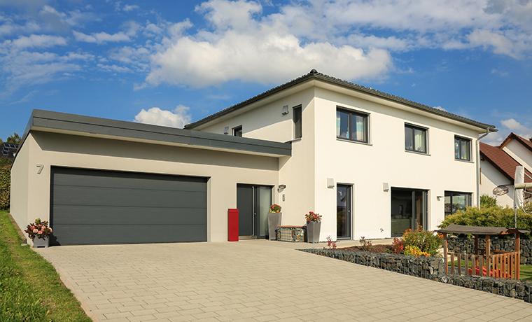 Einfamilienhaus mit Winfang als Übergang zur Doppelgarage
