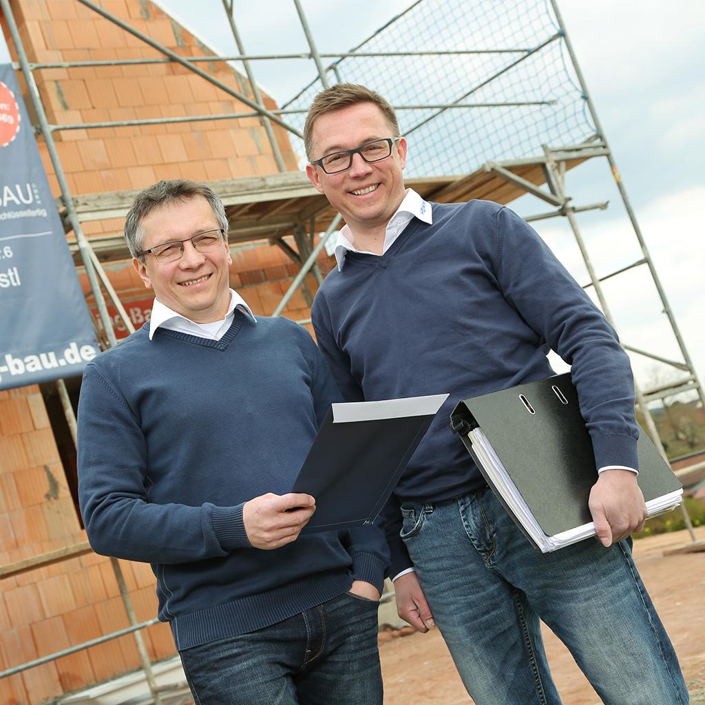 Rainer und Daniel Heining auf einer Baustelle